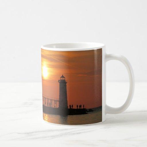 Puesta del sol en el embarcadero taza