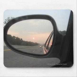 Puesta del sol en el espejo retrovisor alfombrillas de ratón
