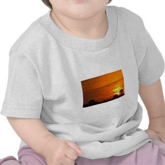 Puesta del sol en el fuego camisetas