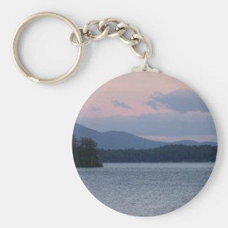 Puesta del sol en el lago 2 llavero redondo tipo pin