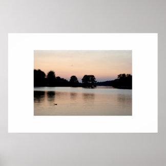 Puesta del sol en el lago 2 póster