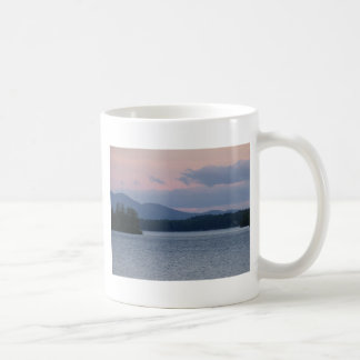 Puesta del sol en el lago 2 tazas de café