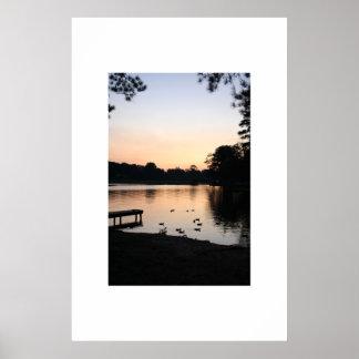 Puesta del sol en el lago 3 póster