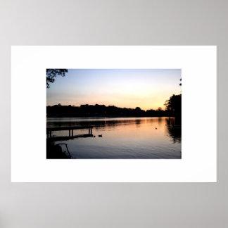 Puesta del sol en el lago 4 póster