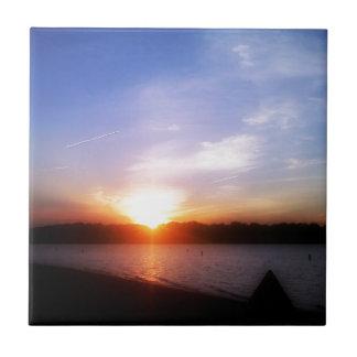 Puesta del sol en el lago azulejo cuadrado pequeño