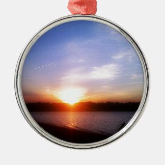 Puesta del sol en el lago ornamente de reyes
