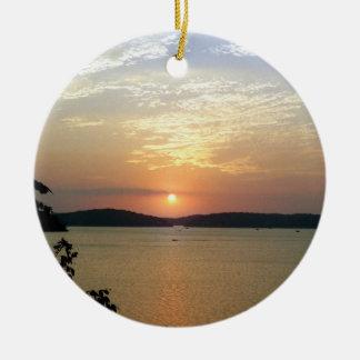 Puesta del sol en el lago ornamento para reyes magos