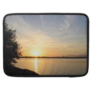 Puesta del sol en el lago fundas macbook pro