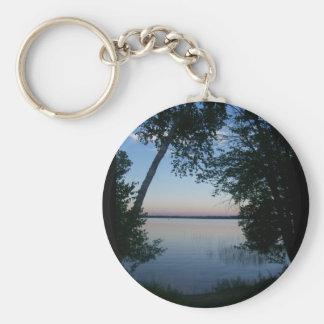 Puesta del sol en el lago llavero redondo tipo pin
