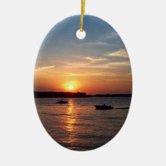 Puesta del sol en el lago Okoboji, Iowa Adorno Navideño Ovalado De Cerámica