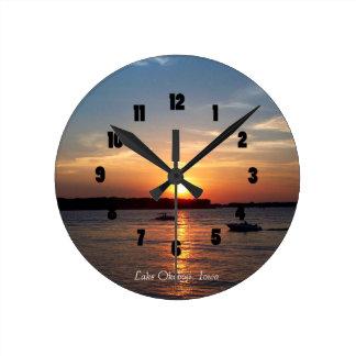 Puesta del sol en el lago Okoboji, Iowa Reloj Redondo Mediano