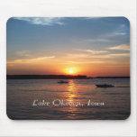 Puesta del sol en el lago Okoboji, Iowa Tapetes De Ratones