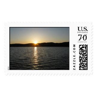 Puesta del sol en el lago Onota: Horizontal - Sello