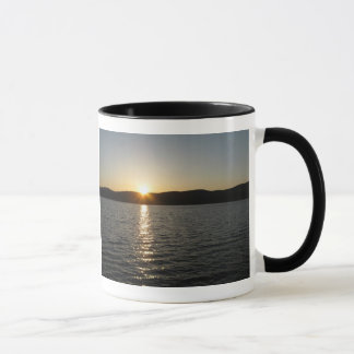 Puesta del sol en el lago Onota: Horizontal Taza