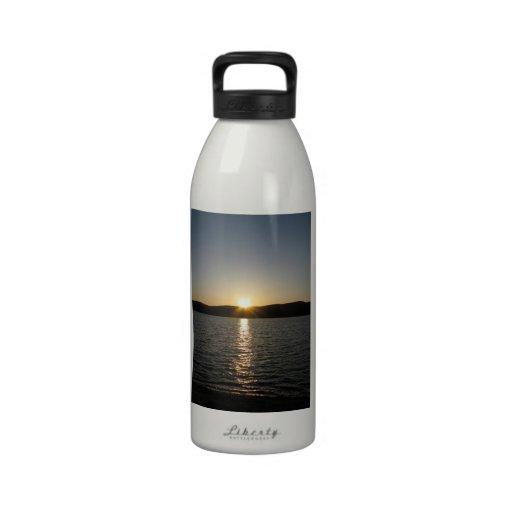 Puesta del sol en el lago Onota: Vertical Botallas De Agua