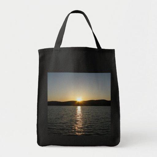 Puesta del sol en el lago Onota: Vertical Bolsa Lienzo