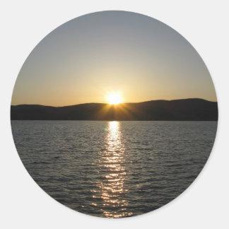 Puesta del sol en el lago Onota: Vertical Pegatina Redonda