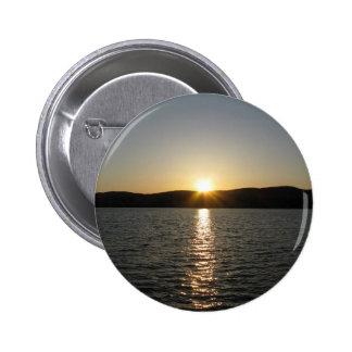 Puesta del sol en el lago Onota: Vertical Pin Redondo De 2 Pulgadas
