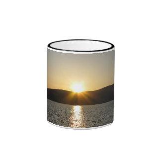 Puesta del sol en el lago Onota: Vertical Taza A Dos Colores