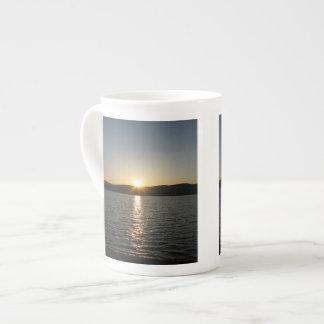 Puesta del sol en el lago Onota: Vertical Taza De Porcelana