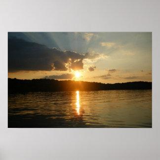 Puesta del sol en el lago posters