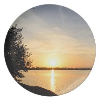 Puesta del sol en el lago plato para fiesta