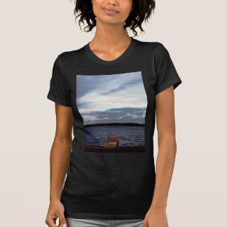 Puesta del sol en el lago camisetas