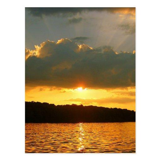 Puesta del sol en el lago postal