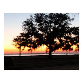 Puesta del sol en el lago postales