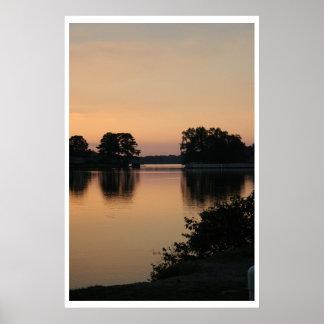 Puesta del sol en el lago póster