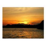Puesta del sol en el lago tarjeta postal