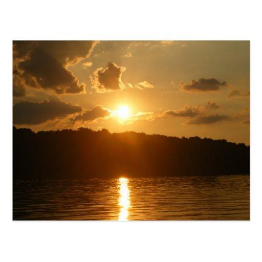 Puesta del sol en el lago tarjetas postales