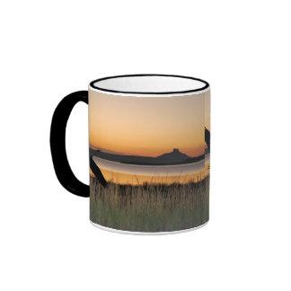Puesta del sol en el lago taza de café