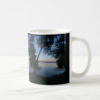 Puesta del sol en el lago tazas de café