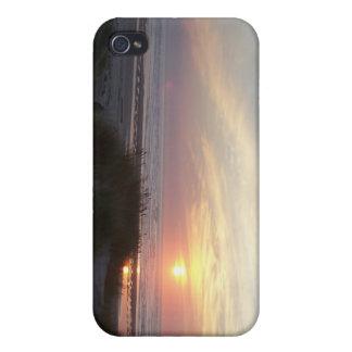 Puesta del sol en el mar iPhone 4 cárcasas