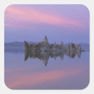 Puesta del sol en el mono lago, CA Calcomanía Cuadrada