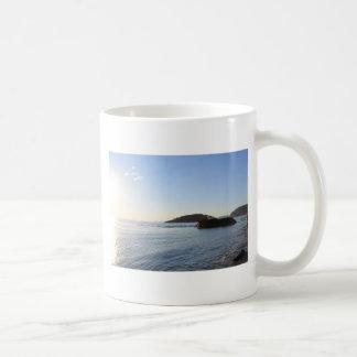Puesta del sol en el océano taza básica blanca