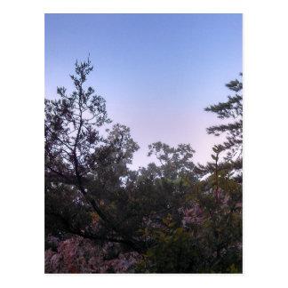 Puesta del sol en el parque de estado de la cueva postal