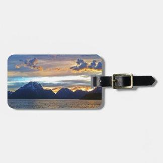 Puesta del sol en el parque nacional magnífico de  etiqueta de equipaje
