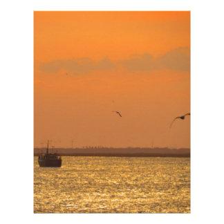 Puesta del sol en el puerto membrete a diseño
