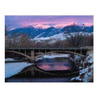 Puesta del sol en el río tarjeta postal