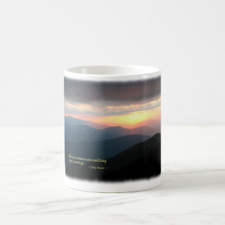 Puesta del sol en el Smokies: Mtns es llamada/Muir Taza Básica Blanca