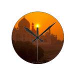 Puesta del sol en el Taj Mahal Reloj Redondo Mediano