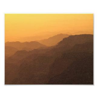 Puesta del sol en foto de las montañas de la altur