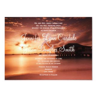 Puesta del sol en invitaciones del boda del puerto comunicados