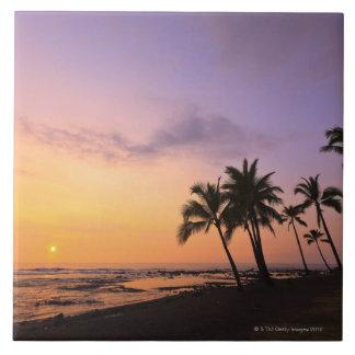 Puesta del sol en la bahía de Kahaluu en Kona, Haw Azulejo