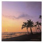 Puesta del sol en la bahía de Kahaluu en Kona, Haw Azulejo Cuadrado Grande