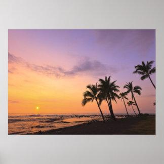 Puesta del sol en la bahía de Kahaluu en Kona, Haw Póster