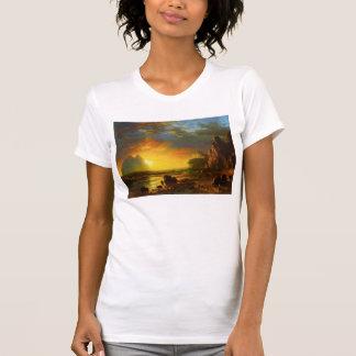 Puesta del sol en la camiseta de la costa de
