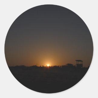 Puesta del sol en la isla del mustango pegatina redonda